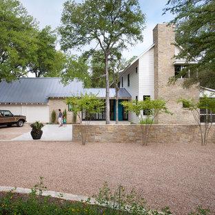 Ispirazione per la facciata di una casa country a due piani con rivestimenti misti