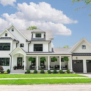 Mittelgroßes, Weißes, Graues, Zweistöckiges Landhausstil Einfamilienhaus mit Mix-Fassade, Satteldach und Schindeldach in New York