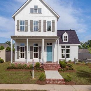 Zweistöckiges, Weißes, Mittelgroßes Landhaus Haus mit Satteldach und Dachgaube in New Orleans