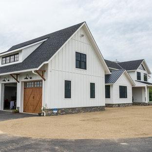 Idee per la facciata di una casa unifamiliare grande bianca country a due piani con rivestimento con lastre in cemento, tetto a capanna e copertura a scandole