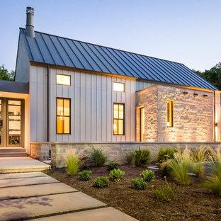 Foto de fachada blanca, de estilo de casa de campo, con tejado a dos aguas