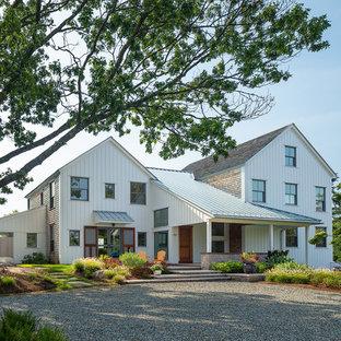 Diseño de fachada de casa blanca, costera, de tamaño medio, de tres plantas, con revestimiento de madera, tejado a dos aguas y tejado de varios materiales