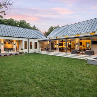 Ispirazione per la facciata di una casa bianca country a un piano con rivestimento in legno