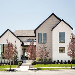 Идея дизайна: большой, разноцветный, двухэтажный частный загородный дом в стиле современная классика с комбинированной облицовкой, двускатной крышей и крышей из смешанных материалов