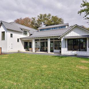 Пример оригинального дизайна: фасад дома белого цвета в стиле кантри с металлической крышей