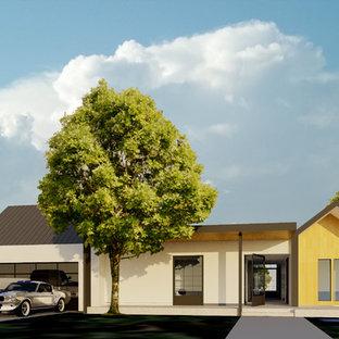 Modelo de fachada blanca, minimalista, grande, de una planta, con revestimientos combinados y tejado plano