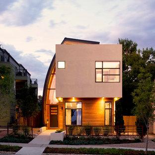 Esempio della facciata di una casa beige contemporanea a due piani di medie dimensioni con rivestimento in legno