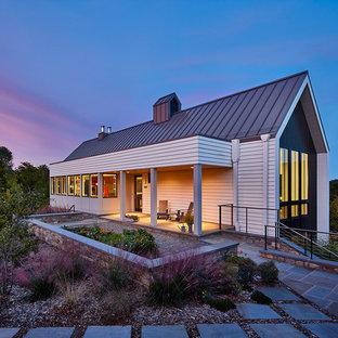 Weißes, Großes, Zweistöckiges Modernes Einfamilienhaus mit Satteldach, Holzfassade und Blechdach in Washington, D.C.