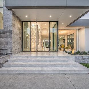 Inspiration för ett mycket stort funkis vitt hus, med två våningar, stuckatur och platt tak