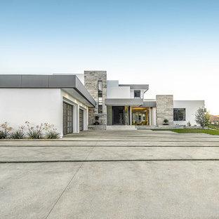 ロサンゼルスのコンテンポラリースタイルのおしゃれな家の外観 (漆喰サイディング、陸屋根、戸建) の写真