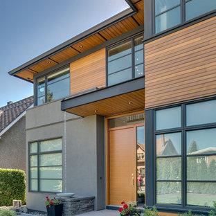 Modelo de fachada marrón, clásica renovada, de tamaño medio, de tres plantas, con revestimientos combinados