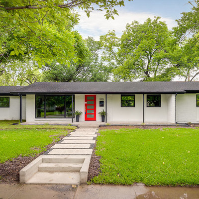Mid-century modern one-story exterior home photo in Dallas
