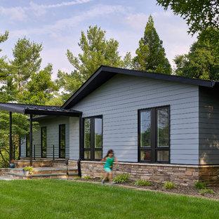 Idéer för att renovera ett mellanstort 50 tals blått hus, med allt i ett plan och fiberplattor i betong
