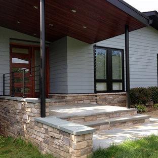 Exempel på ett mellanstort 60 tals blått hus, med allt i ett plan, fiberplattor i betong och valmat tak
