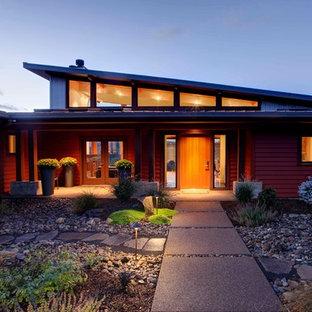 ポートランドのコンテンポラリースタイルのおしゃれな平屋 (コンクリート繊維板サイディング、赤い外壁) の写真