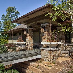 Idee per la facciata di una casa unifamiliare beige contemporanea a tre o più piani con tetto a capanna e copertura a scandole