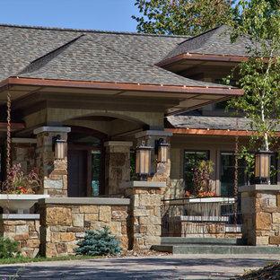 Modelo de fachada de casa beige, contemporánea, grande, de tres plantas, con tejado a dos aguas, tejado de teja de madera y revestimientos combinados