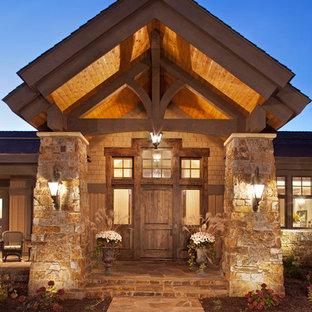 Idee per la facciata di una casa unifamiliare ampia beige rustica a due piani con rivestimenti misti