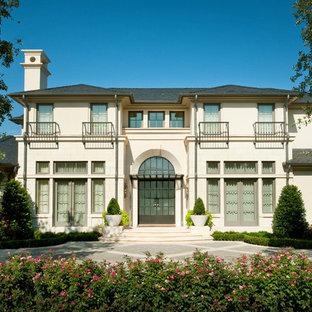Ispirazione per la facciata di una casa classica a due piani