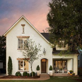 Ispirazione per la facciata di una casa bianca classica a due piani di medie dimensioni con rivestimento in mattoni