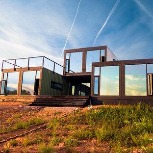 デンバーの小さいインダストリアルスタイルのおしゃれな家の外観 (メタルサイディング、緑の外壁) の写真
