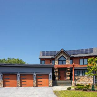 Idee per la facciata di una casa unifamiliare grande arancione rustica a due piani con rivestimento con lastre in cemento, tetto a capanna e copertura a scandole