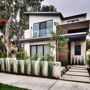 Modelo de fachada de casa pareada beige, contemporánea, de tamaño medio, de dos plantas, con revestimiento de piedra, tejado de un solo tendido y tejado de metal