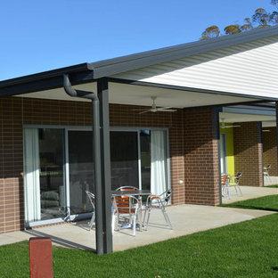他の地域のコンテンポラリースタイルのおしゃれな平屋 (混合材サイディング、茶色い外壁、アパート・マンション、金属屋根) の写真
