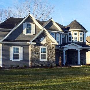 Idée de décoration pour une grand façade de maison grise victorienne à un étage avec un revêtement mixte.