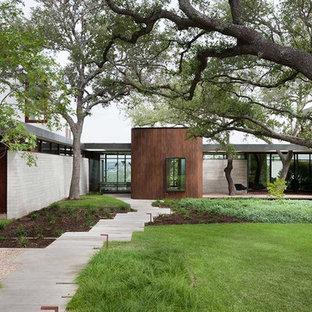 Идея дизайна: большой, одноэтажный фасад дома коричневого цвета в современном стиле с плоской крышей
