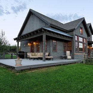 Idéer för ett mellanstort rustikt grått trähus, med två våningar och sadeltak