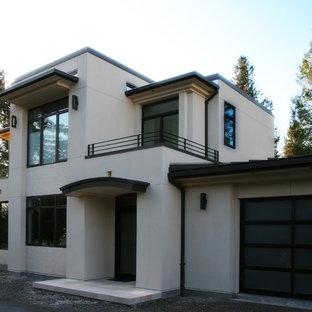 Ispirazione per la facciata di un appartamento bianco moderno a due piani con rivestimento in stucco e tetto piano