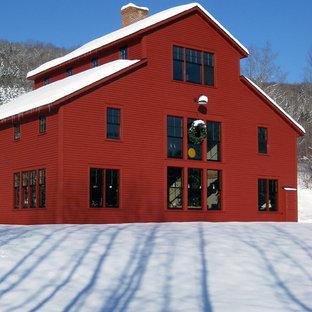 Ejemplo de fachada de casa multicolor, de estilo de casa de campo, de tamaño medio, de tres plantas, con revestimiento de aglomerado de cemento, tejado a doble faldón y tejado de teja de madera