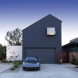 Ejemplo de fachada de casa azul, urbana, grande, de dos plantas, con revestimiento de metal y tejado de teja de madera