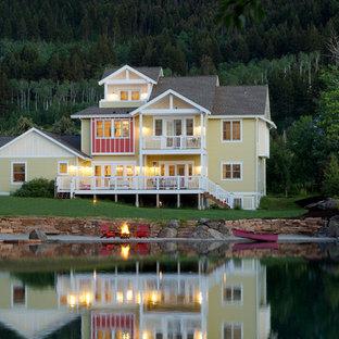 Inspiration för maritima gula hus, med tre eller fler plan