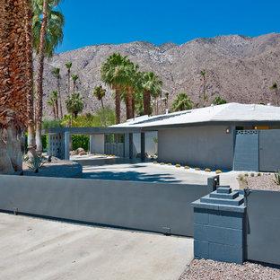 Diseño de fachada gris, vintage, extra grande, de una planta, con revestimiento de estuco y tejado a cuatro aguas