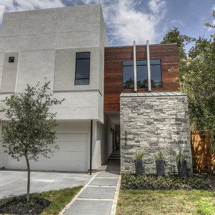 ヒューストンのコンテンポラリースタイルのおしゃれな家の外観 (混合材サイディング、グレーの外壁、緑化屋根) の写真