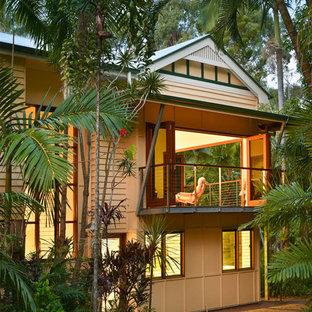 Diseño de fachada de casa multicolor, exótica, grande, de dos plantas, con tejado a cuatro aguas y tejado de metal