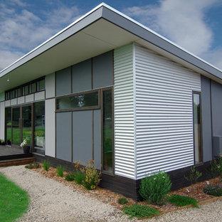 Idee per la facciata di una casa piccola contemporanea a un piano con rivestimento in metallo