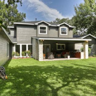 ヒューストンのトラディショナルスタイルのおしゃれな平屋 (コンクリート繊維板サイディング、グレーの外壁、片流れ屋根、アパート・マンション、板屋根) の写真