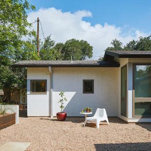 Modelo de fachada de casa blanca, ecléctica, pequeña, con revestimiento de estuco, tejado a dos aguas y tejado de teja de madera