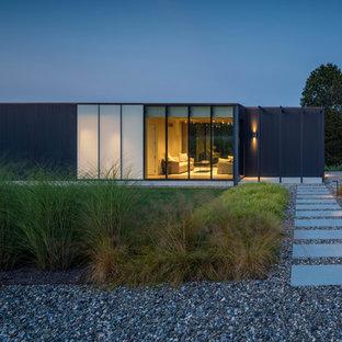 Modelo de fachada de casa negra, moderna, de una planta, con tejado plano