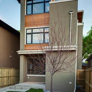 Ispirazione per la facciata di una casa marrone contemporanea a due piani di medie dimensioni con rivestimento in legno