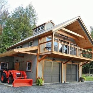 Идея дизайна: двухэтажный, деревянный, серый многоквартирный дом среднего размера в стиле кантри с металлической крышей