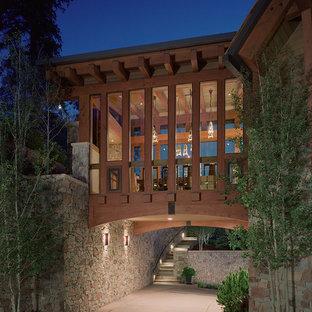 Diseño de fachada de casa multicolor, contemporánea, grande, de dos plantas, con revestimiento de piedra