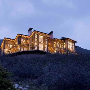 Foto på ett stort funkis hus, med två våningar