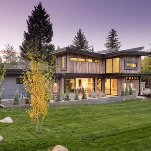 Modelo de fachada de casa multicolor, rústica, grande, de tres plantas, con revestimiento de madera, tejado de un solo tendido y tejado de metal