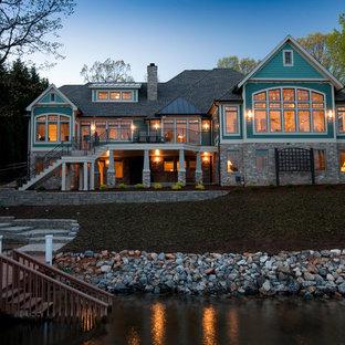 他の地域のトランジショナルスタイルのおしゃれな家の外観 (コンクリート繊維板サイディング、青い外壁) の写真
