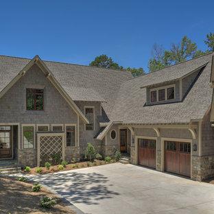 Großes, Zweistöckiges, Graues Rustikales Einfamilienhaus mit Holzfassade, Satteldach und Schindeldach in Charlotte
