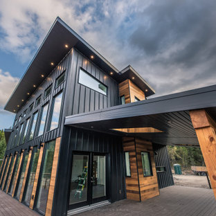 Diseño de fachada de casa gris, urbana, grande, de dos plantas, con revestimiento de madera y tejado plano